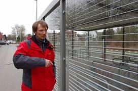Uwe Dickmanns, Leiter des Fachbereiches Bauen und Umwelt der Stadt Coesfeld, erklärt wie die abschließbaren Boxen gesichert sind.